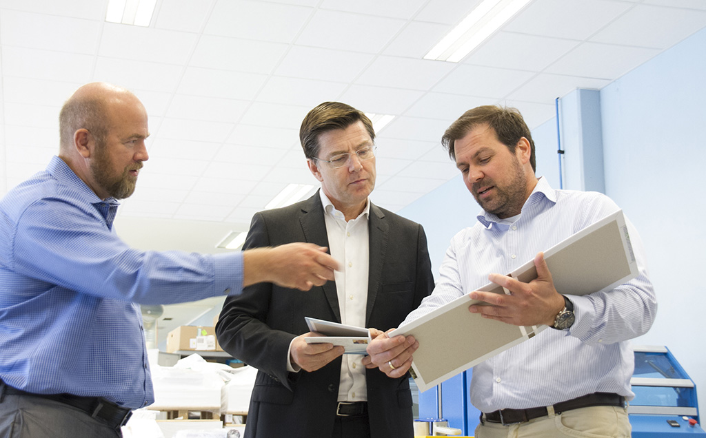 Hubert Soviche (midten) fra Xerox ble imponert da han besøkte RM og Jørn Våraker (t.h.). Der fikk han full gjennomgang av landets mest spennende bokproduksjon sammen med Petter Langkaas (t.v.) fra BizDoc.